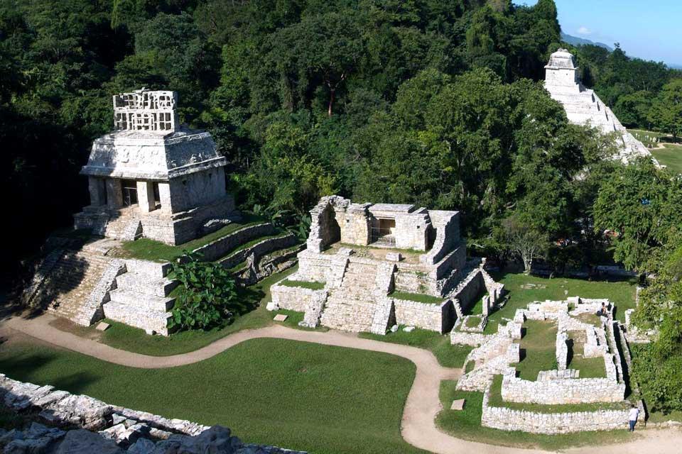 Addossata a una fitta giungla, Palenque è uno dei siti maya più affascinanti del Messico. Palenque è conosciuta soprattutto per il suo tempio delle Iscrizioni. Si tratta di un'elegante piramide in fondo alla quale è stato scoperto un tesoro, oggi esposto al Museo di Antropologia di Città del Messico. Se una decina di templi compongono oggi un appassionante percorso archeologico, gran parte dell'antica ...