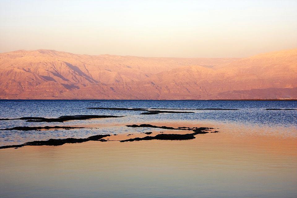Venir quelques jours sur les rives de la mer Morte est pour beaucoup une curiosité. En effet flotter dans l'eau tout en lisant son journal peut se révéler une expérience inoubliable. Mais la mer morte est aussi réputée pour ses nombreuses vertus thérapeutiques. Beaucoup y viennent pour se faire soigner. Vous pourrez aussi, si vous n'avez pas de problémes de santé particulier, profiter d'un séjour sur ...