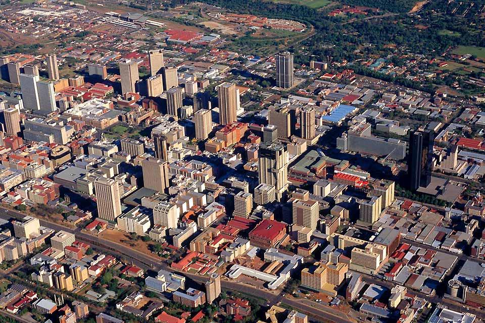 Pretoria gilt nunmehr als politische Hauptstadt Südafrikas. Gesetzliche Hauptstadt: Kapstadt, juristische Hauptstadt: Bloemfontein.