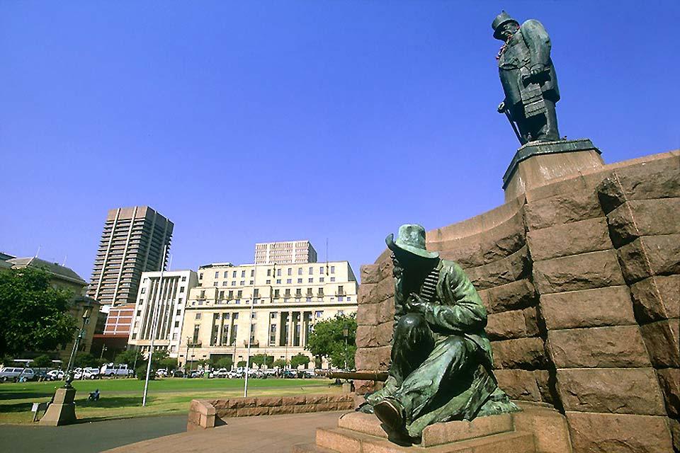 La statua di Paul Kruger, ex presidente sudafricano del Transvaal, si erge nel centro di Chruch Square.