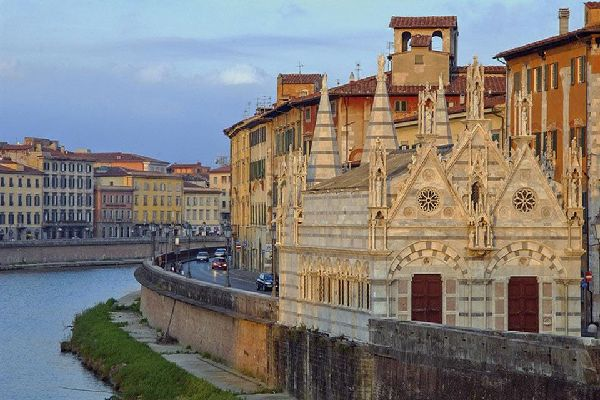 L'église de Santa Maria della Spina est une petite église gothique située sur la rive de l'Arno à Pise.