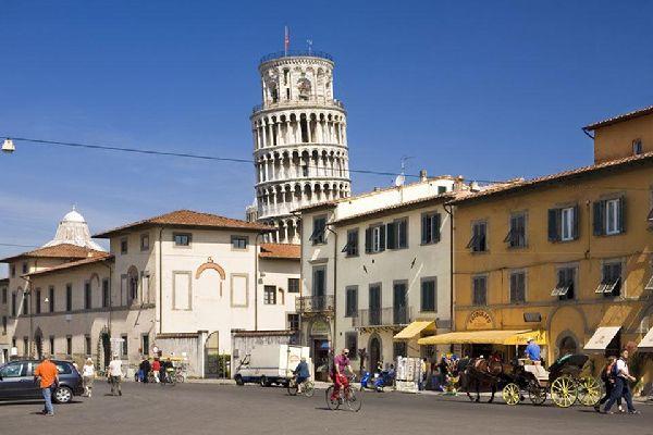 La parte alta della Torre Campanaria spicca dietro le case del centro pisano