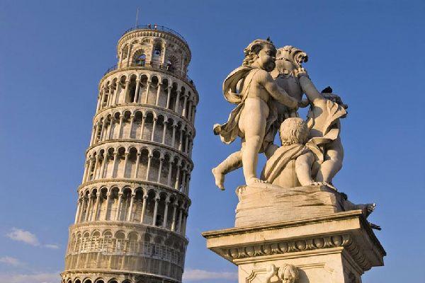 La Fontana dei Putti, in Piazza dei Miracoli a Pisa. Sullo sfondo svetta, ancora una volta, la Torre pendente
