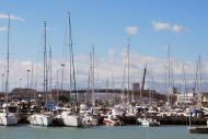 La marina est située du côté sud de l'embouchure du fleuve.