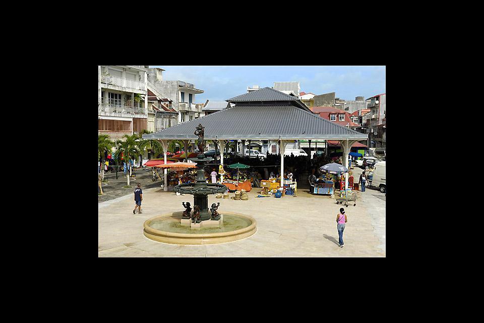 Los turistas se detienen poco en Pointe-à-Pitre, en cambio tiene varios museos y un gran mercado que anima el centro cada mañana.
