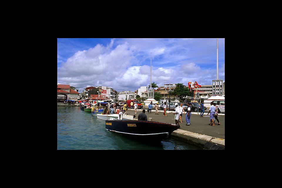 Pointe-à-Pitre, ciudad portuaria, depende de su puerto y éste vale la pena.
