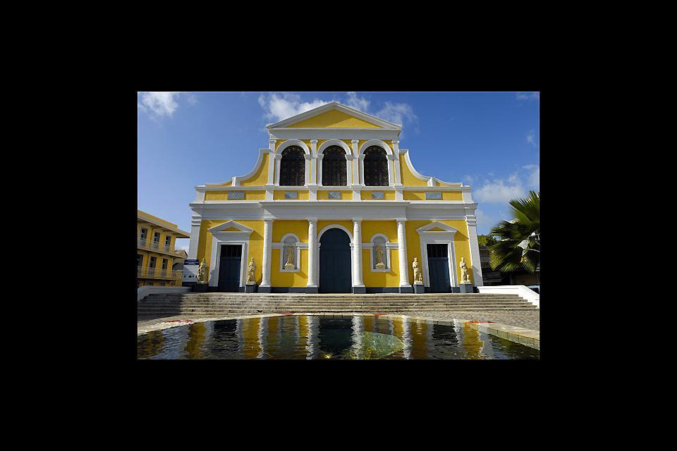 La iglesia, adornada con colores alegres, no se parece en nada a nuestras iglesias europeas.