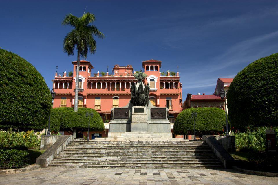 Au centre de la place, à deux pas du Casco Antiguo trône la statue de Simon Bolivar, le héros de l'Amérique latine et père de l'indépendance au royaume d'Espagne.