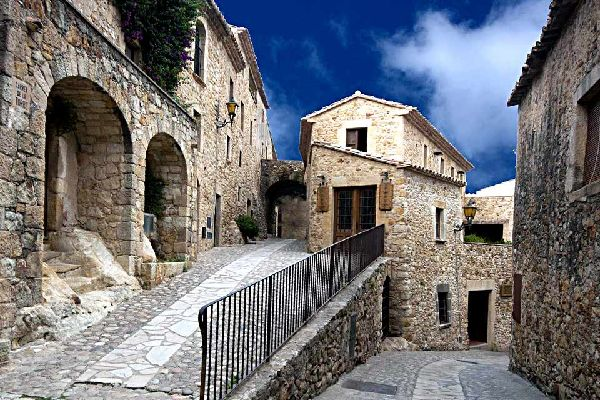 The town of Pals now extends over 3 different territories: Pals, the Masos de Pals, and Pals Beach. The region we shall be describing in detail is Pals, a small typical Empordà village. This medieval town sits at the summit of the hill that overlooks the hinterland and will take you on a journey through 10 centuries of history. The first documents that mention the existence of the village date back ...