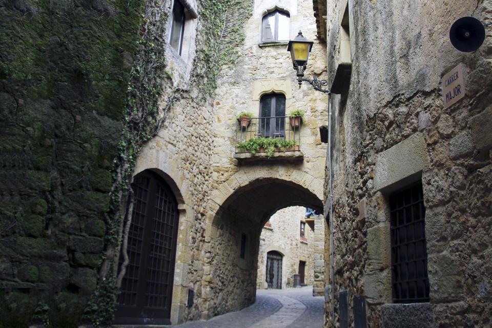 La vieille ville a été bien restaurée dans les années 1950 suite aux destructions provoquées par la guerre civile espagnole.