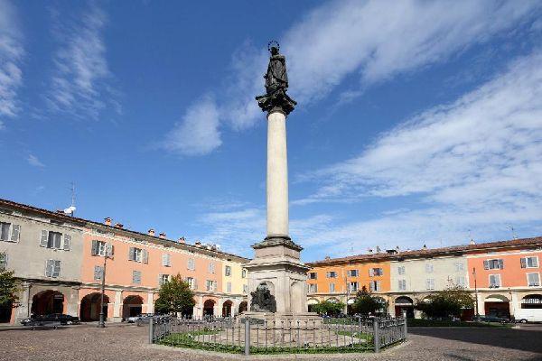 Der Palazzo del Governatore, auch Palazzo Gotico genannt, wurde 1281 von Alberto Scoto, dem guelfischen Herrscher der Stadt, in Auftrag gegeben.