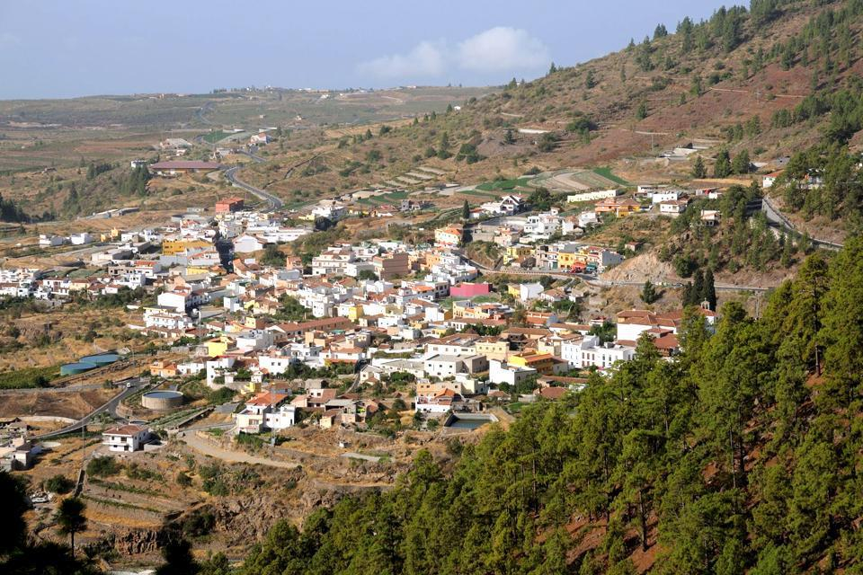 Surrounded by pine forests, Vilaflor is Spain's highest located village, at an altitude of 1,600m: an ideal spot for star gazing! Located 15 mi away, Teide National Park, classed as a UNESCO World Heritage site, is a mere half-hour drive from there. The sea is located 14 mi away, and the airport 25 mi, at around a 50 minute drive. Vilaflor is the ideal resort for hiking. The village is home to a hotel ...