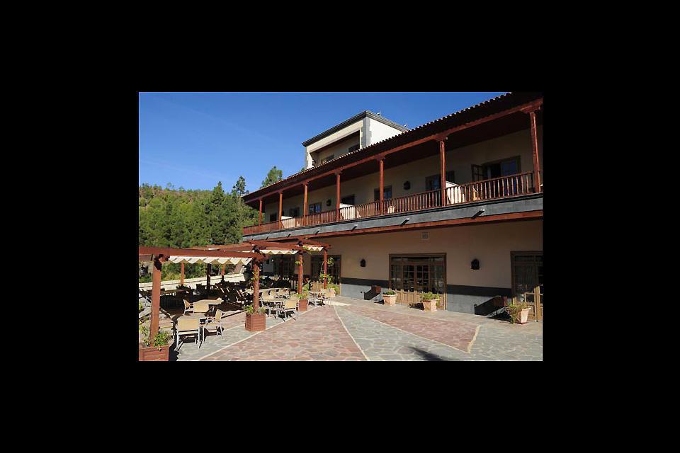 Dieses Hotel ähnelt einer Berghütte in einem Wintersportort.