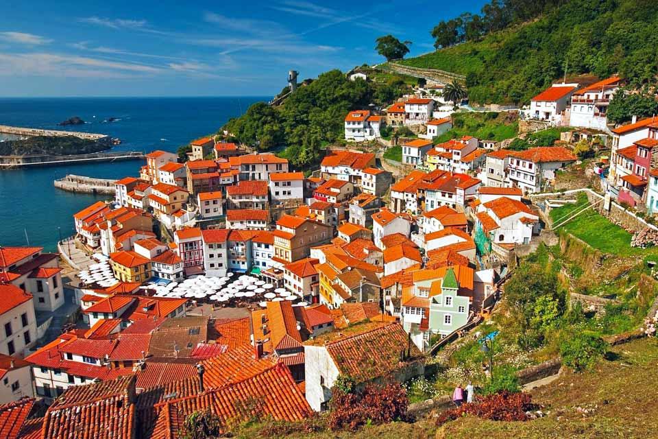 Dans une petite baie, à l'ouest de la principauté, se trouve l'exceptionnelle localité de Cudilleiro qui a attiré de nombreux artistes et cinéastes. Son petit port récolte chaque jour de grandes quantités de poissons et de fruits de mer, dont une partie est transportée directement vers les villes et l'arrière-pays des Asturies. Pour ceux qui le visitent, offrez-vous le luxe de déguster une bonne grillade ...