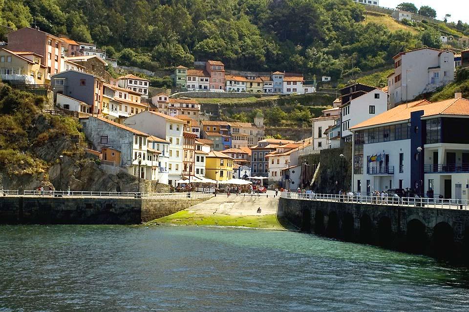 Cudillero a beaucoup de charme avec ses maisons peintes en fonction des couleurs que portent les bateaux de leurs propriétaires.