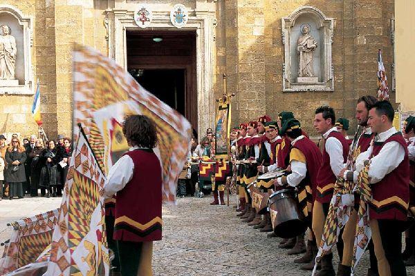 A Brindisi ancora oggi le tradizioni e il folklore locale hanno una grande risonanza. Ad esempio, qui si pratica ancora il culto del Tarantismo