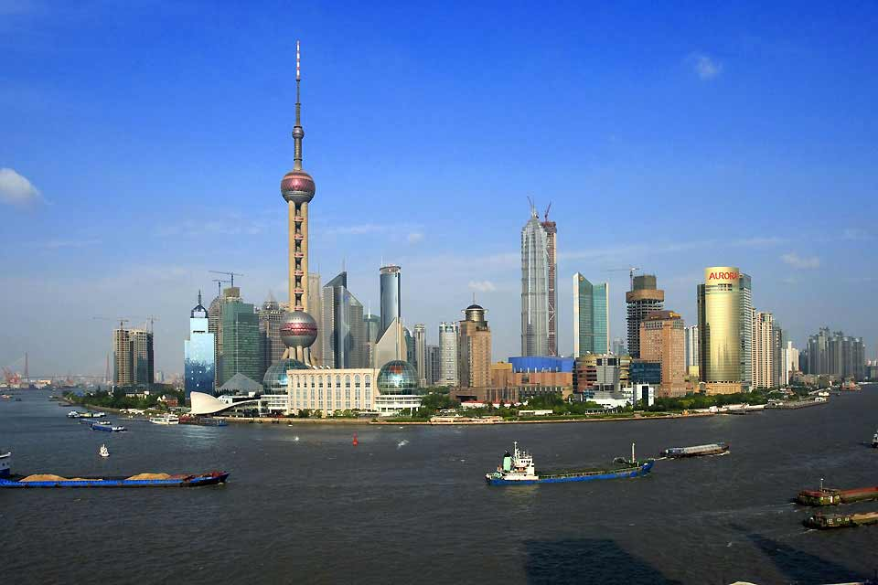 Shanghai ist eine Megalopolis, die beinahe eine Einwohnerzahl von 20 Mio. erreicht hat! Sie ist die Vorzeigestadt, die von 300 Wolkenkratzern im Jahr 1996 auf heute 3000 angewachsen ist, und die man unbedingt gesehen haben muss, um eine konkrete Vorstellung von den Menschenmassen in den chinesischen Städten, von den Staus auf den zahlreichen Autobahnkreuzen, den dutzenden in Bau befindlichen ...