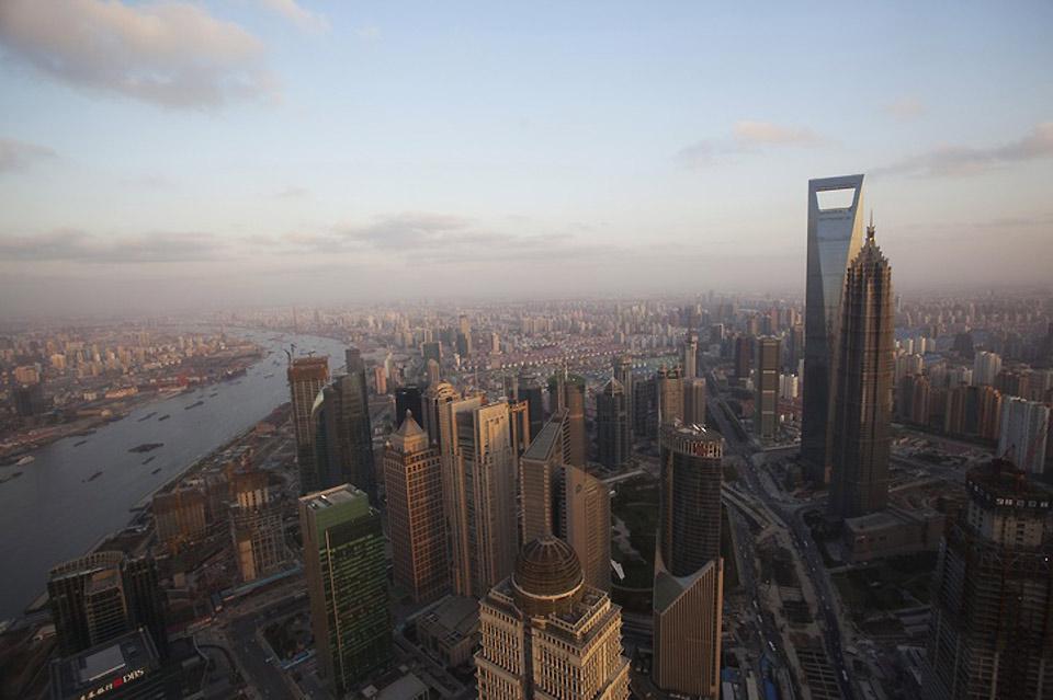 Panoramaansicht von Shanghai Im Geschäftsviertel der Stadt kann man den Shanghai Tower erkennen.