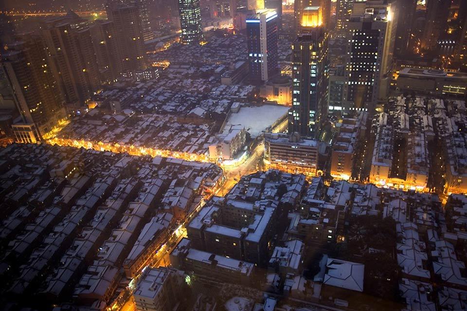 Blick auf die beleuchteten Straßen von Shanghai