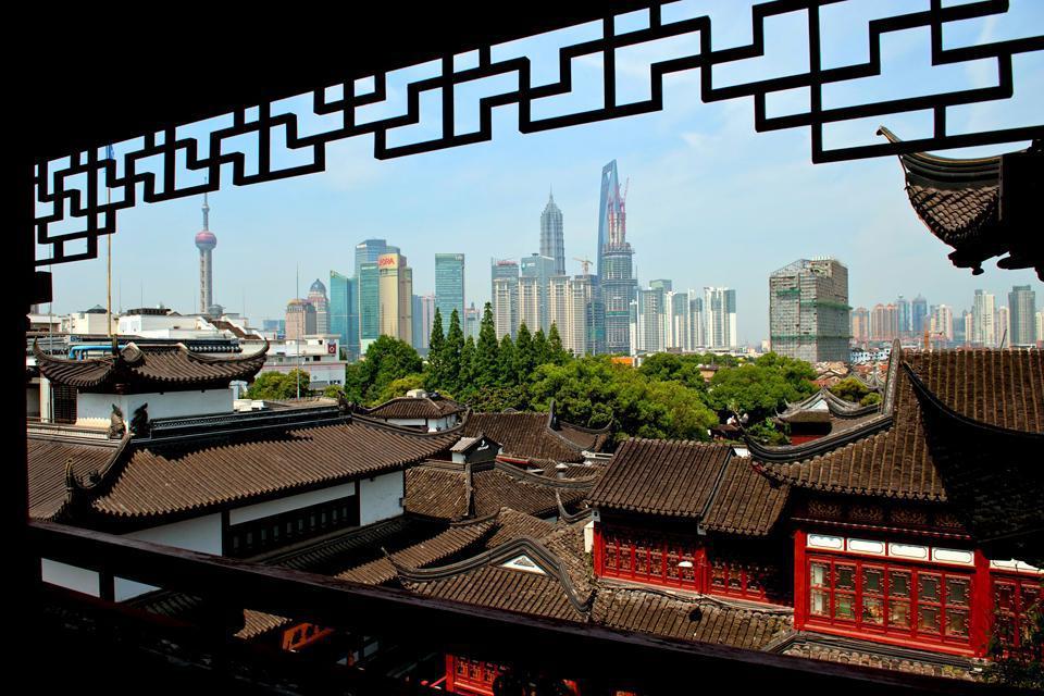 Vue depuis la vieille ville sur le quartier moderne de Pudong.