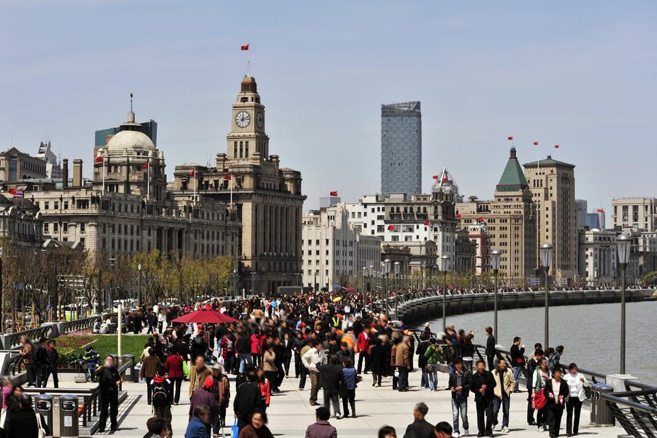 Agréable espace piéton ouvert, au cœur de Shanghai, le Bund est un lieu de retrouvailles pour les touristes et pour les habitants.