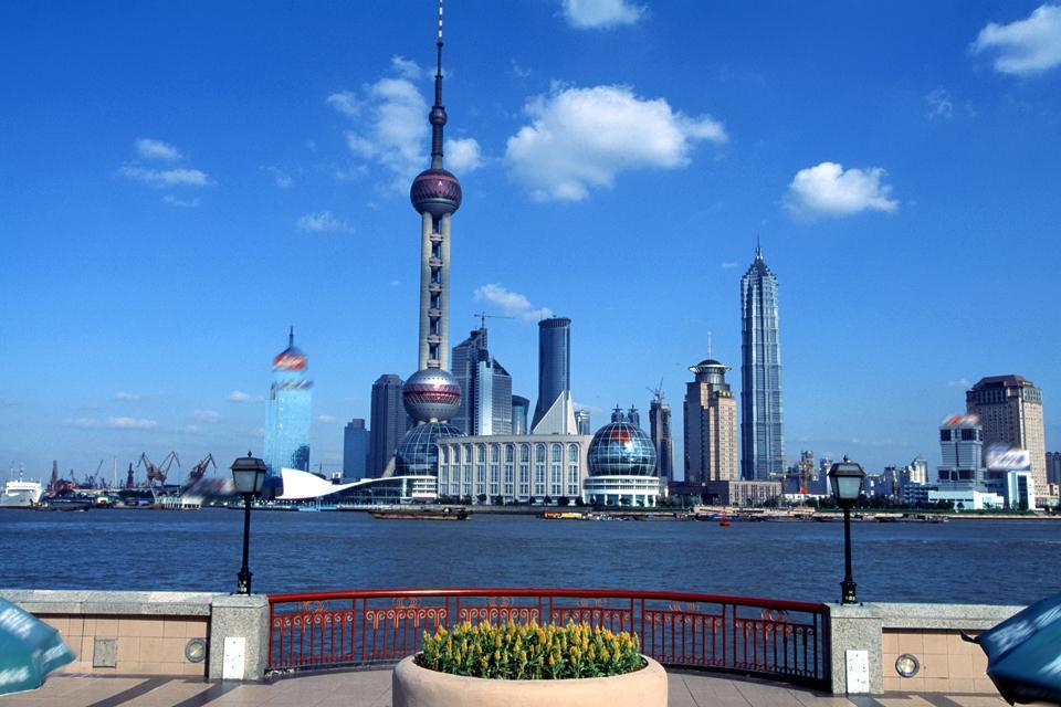 Le Bund offre une vue panoramique sur le district des affaires de Pudong. Ici, vue sur la tour de la Télévision.