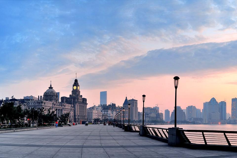 Le Bund de Shanghai est une promenade piétonne avec une vue panoramique sur la rivière.