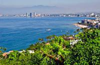 Révélé par Hollywood et La Nuit de l'Iguane de John Huston, le petit village de pêcheurs est devenu la plus chic des stations mexicaines. Il faut dire que le site est somptueux, avec la Sierra Madre, couverte de jungle émeraude, plongeant dans le Pacifique et se découpant en une succession de petites baies, ourlées de plages dorées. Le centre-ville est préservé et propret, dominé par le clocher de ...