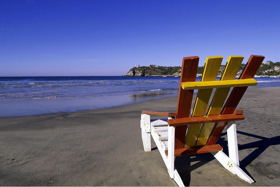 Puerto Escondido es un puerto encantador del estado de Oaxaca en México. Se sitúa a unos 800 kilómetros al Sur oeste de la capital México Ciudad y es famoso por ser un autentico paraíso para los surfistas. Un sinfín de ellos buscan las olas allí. Hay que saber que la playa principal del pueblo goza de olas impresionante que pueden llegar a medir más de 8 metros de alturas.  Según la leyenda, el pueblo ...