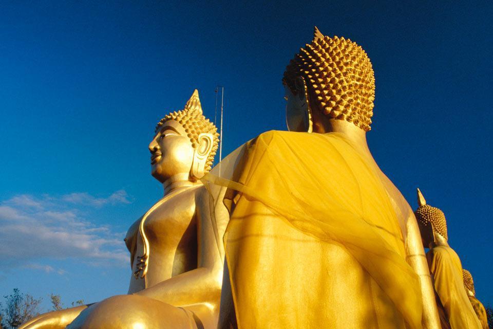 """Situata nel golfo del Siam, a 147 chilometri da Bangkok, Pattaya è fra le principali destinazioni balneari della Thailandia. Tristemente conosciuta per il suo turismo sessuale, il suo """"successo"""" risale ai tempi della guerra della Vietnam quando le truppe americhe vi venivano a riposare, sviluppando il traffico della prostituzione che ancora attualmente si conosce. Numerosissimi sono i resort che vi ..."""