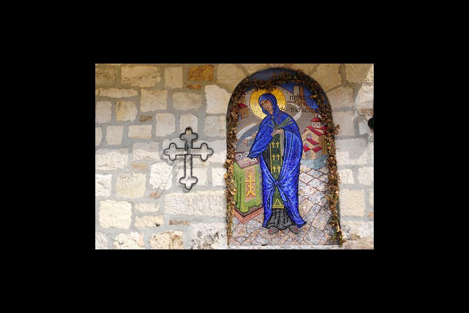 Il abrite notamment deux superbes églises orthodoxe :  l'une dédiée aux militaires (on admire un chandelier fait de balles de fusils !) et la seconde abrite une source miraculeuse