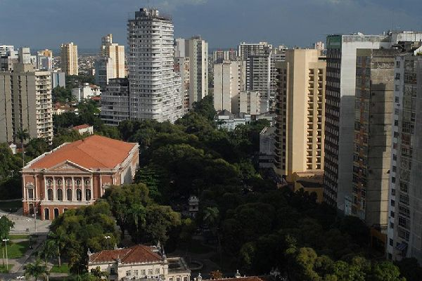 The Praça da Républica is surrounded by a shopping centre and is located in the district of the same name.