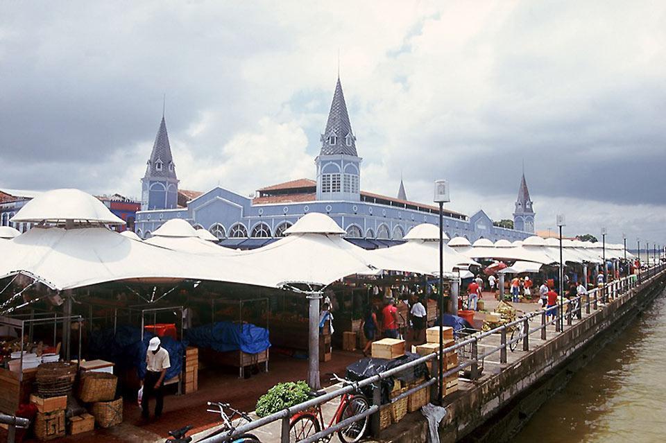 Le marché municipal sur les quais, borde la baie de Guajará.