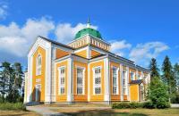 Incontournable, la petite ville de Kerimäki, à l'est du pays, possède la plus grande église en bois du monde avec 3 400 places! dotée d'une excellente acoustique, on pourra notamment y écouter des concerts grandioses pendant le festival d'opéra de Savonlinna. La légende dit qu'en 1847, lors de sa construction, les ouvriers auraient confondu l'aune, la mesure suédoise (0,594 m) avec le mètre. L'église ...