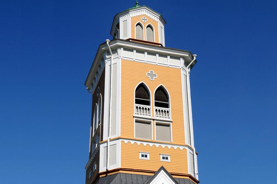 La cathédrale respecte la tradition finlandaise puisque le clocher est séparé du reste de l'établissement. La construction de l'ensemble a demandé 3 ans et s'est achevée en 1847.