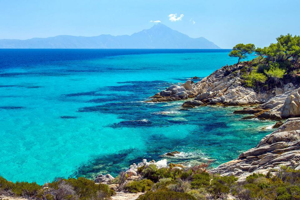 La Chalcidique est une région peu connue du nord de la Grèce. Cependant, elle possède beaucoup de charme. Elle a conservé ses parfums et sa nature. Dénommée