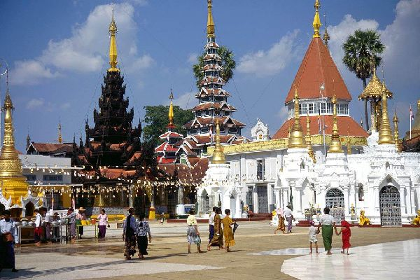 The golden pagoda of Shwedagon is a wonderful place to visit. 112m tall, its summit is adorned with a golden ball and encrusted with more than 2,500 precious stones.