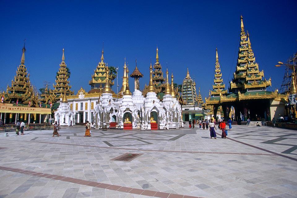 Plus connue sous son nom colonial de Rangoun, l'ex-capitale du Myanmar (supplantée depuis 2006 par Naypyidaw, construite plus au nord de toute pièce au milieu de nulle part) est le point d'arrivé obligé de tout voyage en Birmanie. Yangoun demeure malgré tout la ville la plus importante et la capitale commerciale, industrielle et touristique du pays. Une visite de la pagode dorée de Shwedagon est incontournable. ...
