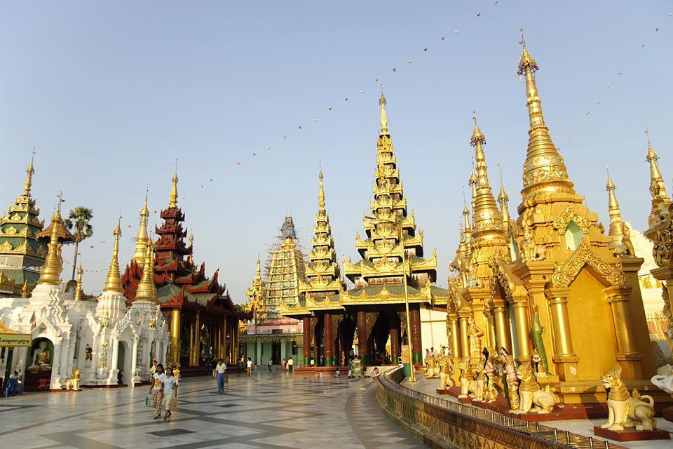 Un endroit de rencontre où se mélangent les moines et les familles en promenade.