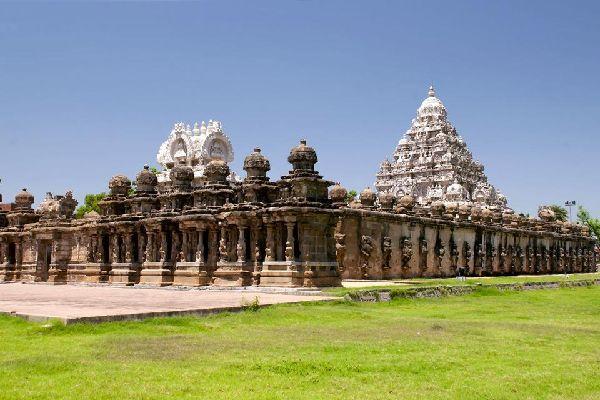 Kanchipuram, la ''ciudad de Oro'' es una de las siete ciudades santas de la India. Distingue a lo lejos sus numerosas gopurams, testimonio de la profusión de templos hindúes. A los pies de la ciudad, muy bien conservado, está el templo de Kailashanatha de finales del siglo VII, una obra de arte de la arquitectura dravidiana. Además, a diferencia de otros templos, los que no sean hindúes también pueden ...