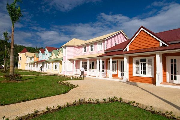 Un pequeño pueblo de pescadores, animado, con las casas de colores, en donde la vida transcurre al ritmo de merengue y bachata.