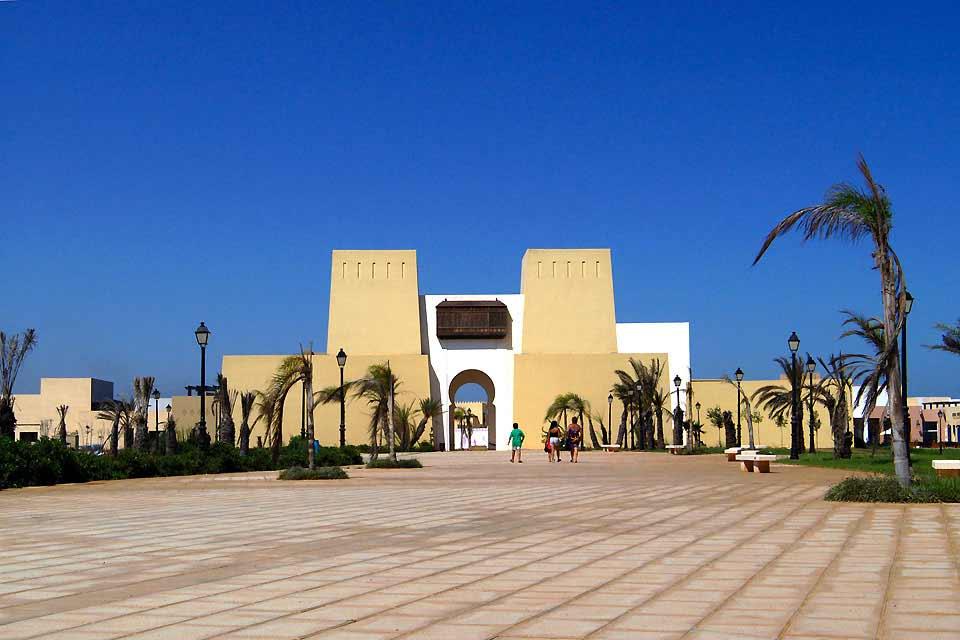 Saïdia se niche sur les côtes nord marocaines avec pour limites la frontière algérienne dans la région de l'Oriental. Une belle plage de sable fin de 14km de long se veut le lieu idéal pour la farniente. Se baigner dans les eaux chaudes de la Méditerranée est un vrai régal. L'arrière-pays révèle de belles surprises dont les monts Beni Snassen ou encore la réserve ornithologique de l'embouchure de la ...