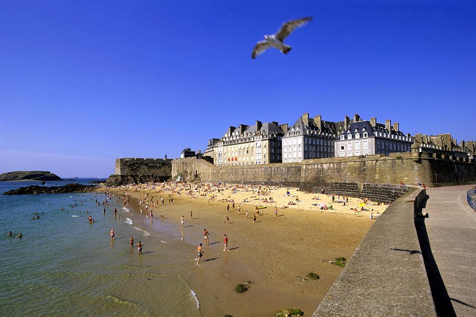 Saint-Malo reste l'une des villes les plus visitées de Bretagne. Elle attire chaque été près de 200 000 touristes et détient le titre de destination préférée des Européens en France. Grâce à son histoire maritime riche, le joyau de la Côte Emeraude demeure un port important et a su se servir de ce dernier pour bâtir son économie sur le commerce portuaire. Saint-Malo est un port de commerce actif, puisque ...