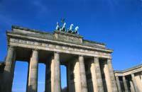 Berlín está considerada un símbolo. Sólo queda ya el Museo del Muro y un trozo del Muro en la Bernauer Strasse para recordar el pasado de esta ciudad atormentada por los acontecimientos históricos. Aquí coexisten todos los estilos arquitectónicos: clásico, rococó, renacentista o Reichstag, y cada barrio tiene su propio estilo. La vida cultural es particularmente intensa: para saborear la verdadera ...