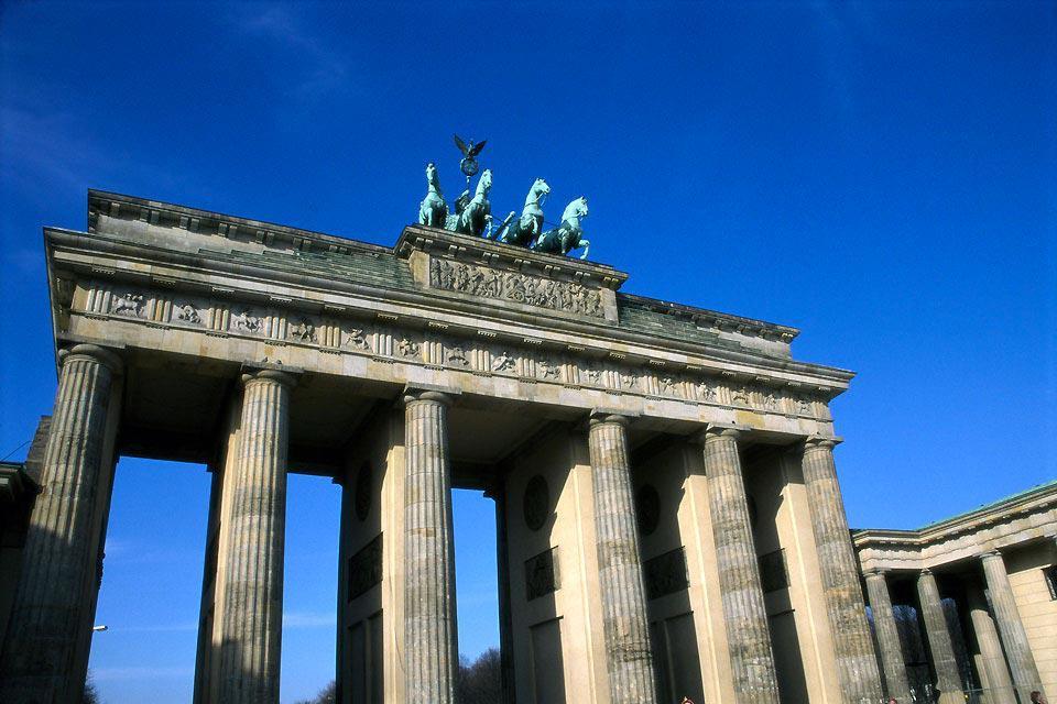 Berlino rappresenta un simbolo del paese. Restano solo il museo del Muro e un pezzo del Muro nella Bernauer Strasse per rievocare il passato di questa città tormentata da varie vicissitudini storiche. Qui, convivono tutti gli stili architettonici: classico, rococò, Rinascimento o Reichstag, e ogni quartiere presenta un suo volto. La vita culturale, qui è particolarmente fervida: per godere a pieno ...