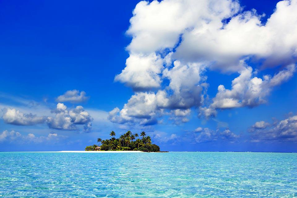 L'atoll de Baa situé au nord-ouest des Maldives, bien au dessus d'Ari Nord. Il est constitué de 15 îles-hôtels, 5 revendues sur le marché français, dont le célèbre Soneva Fushi, connu pour son luxe à la Robinson Crusoë. Nous avons également découvert le Coco Palm Dhuni Kolhu, très sympathique.  Nous vous invitons au rêve en lisant nos fiches, et peut-être qui sait... à la réalité ! Tous les ingrédients ...