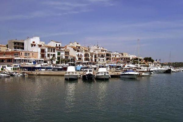 Entre Colonia Sant Jordi et Cala Mesquida se succèdent une multitude de calas (calanques) isolées, parfois difficile d'accès. Le port de Porto Petro se trouve à 4 km de la grande station balnéaire de Cala d'Or, sur la côte sud-est de Majorque. La côte Est de Majorque comprend d'importantes stations balnéaires à l'image de Porto Cristo, Cala d'Or, Cala Domingos et Cala Ratjada. Mais elle offre également ...