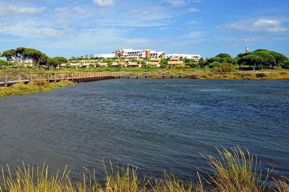 El Rompido est un village de pêcheurs pittoresque sur la Costa de la Luz, à l'extrême ouest de l'Andalousie, entre Huelva et la frontière portugaise. Il abrite un superbe parcours de golf 36 trous, l'un des plus beaux d'Espagne, au cœur d'une réserve naturelle protégée entourée de marécages....