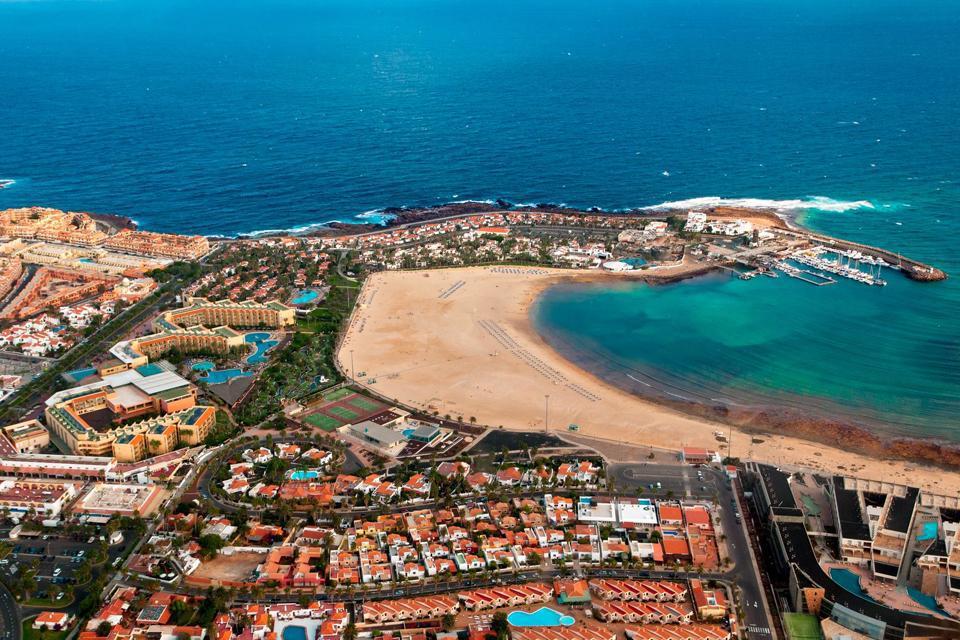 Caleta de Fuste est l'une des stations touristiques les plus proches de l'aéroport de Fuerteventura, situé à seulement 8 petits kilomètres et à 13 km de la capitale Puerto del Rosario. Le centre-ville ne présente que peu intérêt, à part des bars et des restaurants. L'intérêt principal demeure la plage de Castillo Beach, où on élu domicile plusieurs hôtels, notamment le Club Eldorador Castillo Beach, ...