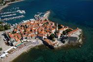 Ihre Stadtmauern stammen aus dem 15. Jahrhundert. Die Altstadt besteht aus kleinen Plätzen und schmalen Gassen.